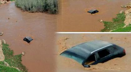 """بالصور.. نجاة 6 أشخاص بينهم شرطي من الغرق بـ """"واد درنة"""" بعدما جرفت سيول الوادي سياراتهم"""