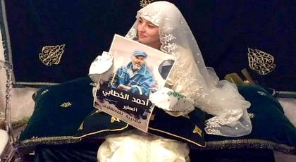 """عروس ريفية تحمل صورة """"سفير الحراك"""" ليلة الحناء تثير إعجاب نشطاء ورواد الفيسبوك"""