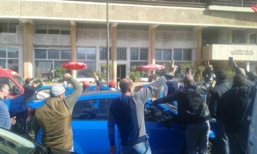 غريب.. أصحاب الطاكسيات محتجين حدا مقر هيت راديو حيث مومو عايرهوم فراديو