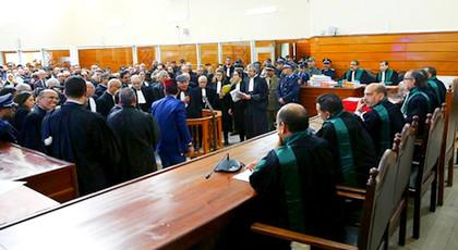 لهذا السبب.. الزفزافي يفاجئ المحكمة وهو يحمل قنينة في يده ويعلن رفقة باقي المعتقلين عن خطوة تصعيدية