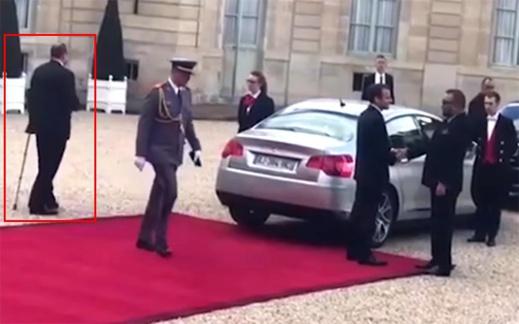 شاهدوا الصور.. المستشار الملكي فؤاد عالي الهمة يظهر رفقة الملك بفرنسا بعكاز طبي