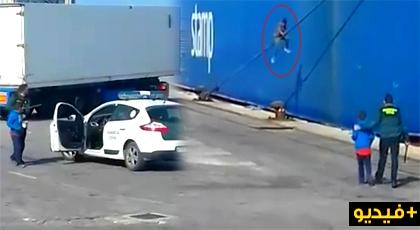 """فيديو صادم.. عناصر الحرس الإسباني تعتقل """"حراكة"""" بينهم قاصر تسللوا لباخرة بميناء سبتة"""