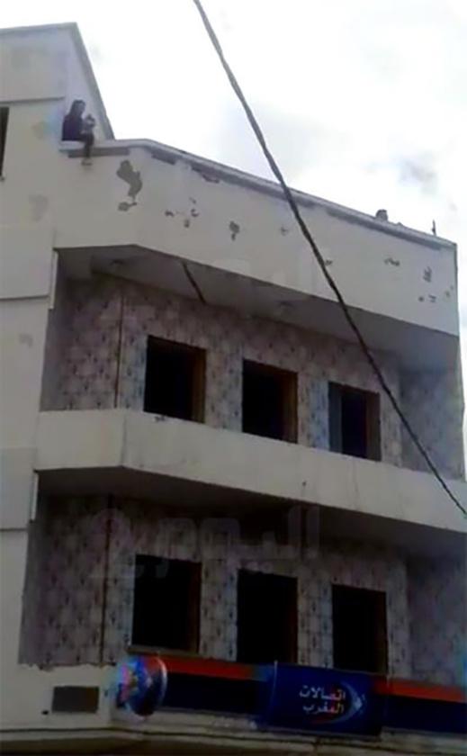 خطير.. أم لطفلين تهدد بإلقاء نفسها من علو شاهق من فوق منزل وسط أزغنغان