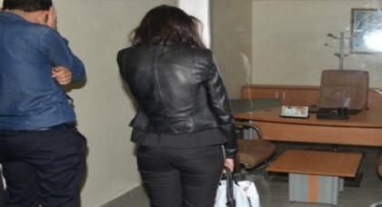 السلطات الأمنية تعتقل امرأة متزوجة مع عشيقها يستهلكان مخدر الكوكايين داخل سيارة