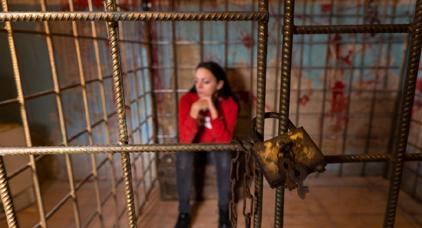 """قصة مؤثرة لشابة مغربية سافرت للسياحة في أمريكا فوجدت نفسها مسجونة بسبب """"فيديو"""" اغتصاب طفل"""
