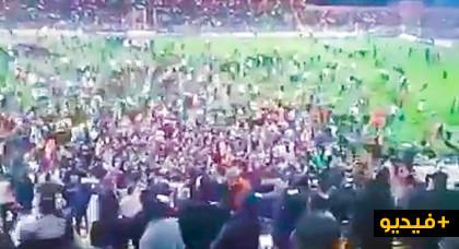شاهدوا كيف اجتاحت الجماهير الملعب ببركان بعد تأهل تاريخي