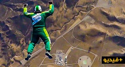 """مثير جدا.. شخص يلقي بنفسه من طائرة على علو 25000 قدم بدون """"مظلة"""""""