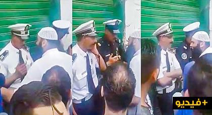 """بالفيديو.. مواطنون يحاصرون شرطيين بسبب تلقي """"الرشوة"""" ومديرية الحموشي توضح"""