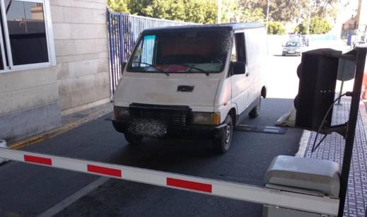 أمن الحدود بمليلية يلقي القبض على مغربيين يزوران السيارات المستعملة في التهريب المعيشي