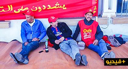 عمال بميناء بني أنصار يعتصمون أمام عمالة الناظور ويطالبون بإنصافهم