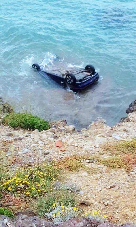 سيارة تنقلب من أعلى منحدر جبلي وتسقط في مياه البحر في حادث مروع نواحي بويافار