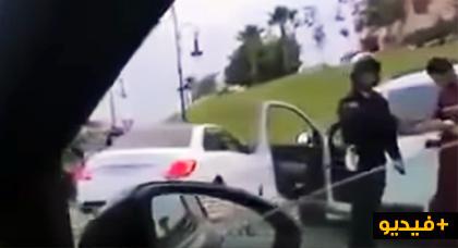 """مثير.. بعد حادثة """"تريبورتور"""" فيديو يوثق شرطيا يضرب """"مول طاكسي"""" يشعل مواقع التواصل الاجتماعي"""