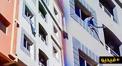 يحدث في بركان.. شاهدوا يهودياً يقطع القران الكريم ويقذف المواطنين بأثاث منزله