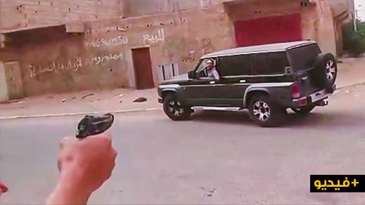 شاهدوا.. الشرطة تشهر سلاحها في وجه شخص أثار الفوضى بسيارته الرباعية الدفع