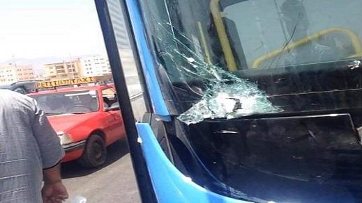 مرة أخرى.. تكسير زجاج حافلة للنقل الحضري بالناظور بسبب عراك عنيف بين راكبين