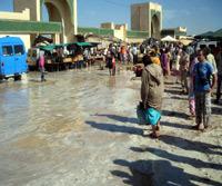 العيون الشرقية : مرة أخرى ينفجر أنبوب الماء الصالح للشرب بمحاداة السوق الأسبوعي مخلفا خسائر مادية معتبرة