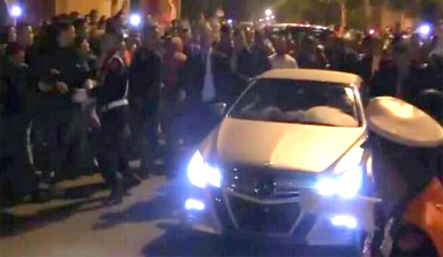 بالصور: الملك يتجول في شوارع الحسيمة ليلا رفقة مولاي رشيد والهمة ومن دون بروتوكول