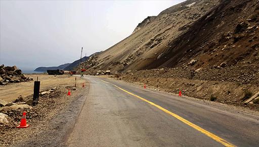 فتح الطريق الساحلية بين الحسيمة والناظور بعد إزالة أكوام الصخور والأتربة التي إنهارت بمنطقة أمتار