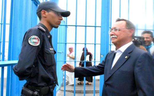 صور: موقف شجاع لشرطي مغربي رفض مد يده للسلام على رئيس سبتة المحتلة يثير غضب الإسبان