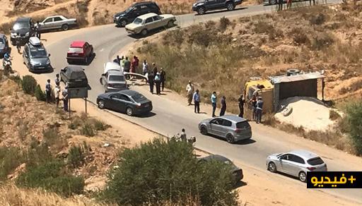 إنقلاب شاحنة محملة بالرمال بين كرونة وخميس تمسمان.. وفاعلون يطالبون بإصلاح منعرجات هذا الطريق