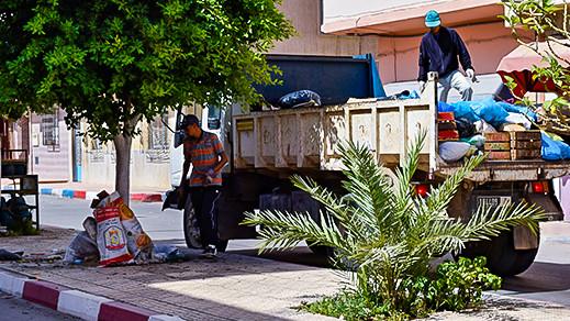 """مشكل انتشار أكوام """"الأزبال"""" بالناظور يخرج شاحنات وعمال البلدية لتطهير وسط المدينة"""