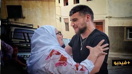 "فيديو مؤثر.. شاهدوا لحظة استقبال ""بدر بولحجل""من طرف والدته و اقاربه"