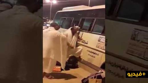 معاناة الحجاج المغاربة بمكة مستمرة.. مشاهد لحجاج نساء ورجالا يخرجون من نوافذ حافلة بالسعودية