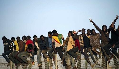"""تقرير سري يكشف وجود """"مافيا"""" تنظم عمليات اقتحام سياج مليلية مقابل 200 درهم لكل مهاجر"""