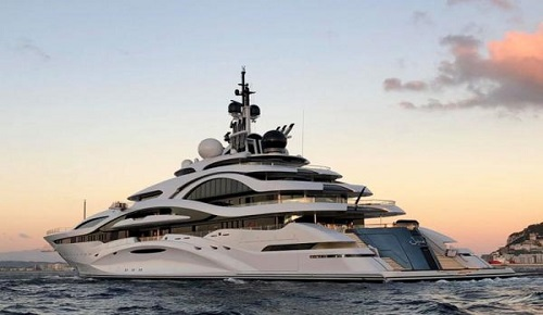 """لهذا ظهر الملك """"محمد السادس"""" على متن يخت أمير قطر هذا الصيف بسواحل الريف"""