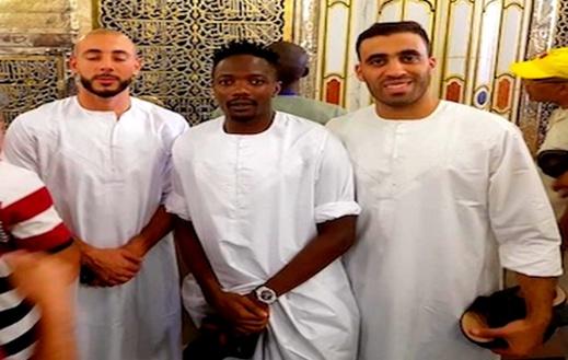 """بالصور..  الدولي الريفي نوردين أمرابط """"يتبرك"""" رفقة لاعبين بالمسجد النبوي قبل بدء الدوري السعودي"""
