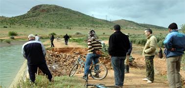 ارتفاع منسوب مياه قناة الري يهدد الساكنة المجاورة بجماعة أولاد ستوت بزايو