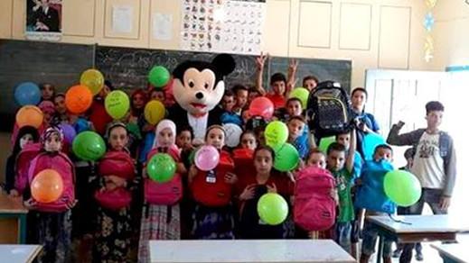 """الحسيمة.. أستاذ يزرع """"الأمل"""" في تلاميذه ويفاجئهم بهدايا وأجواء احتفالية في اليوم الأول للدخول المدرسي"""