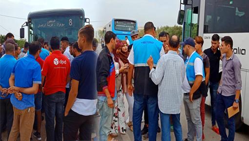 الناظور.. طلبة بوعرك يوقفون ثلاث حافلات بالطريق العمومي احتجاجا على التأخير