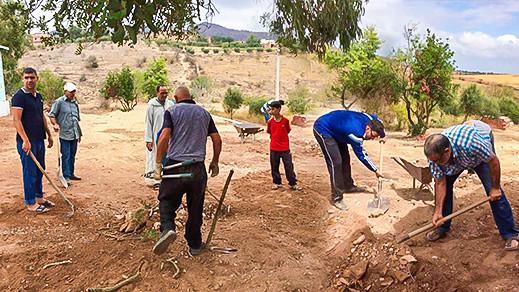 """جمعية ثراعكشة للتنمية والبيئة تنظم حملة """"ثويزا"""" لتهيئة محيط وساحة فرعية احياتا بجماعة أيت مايت"""