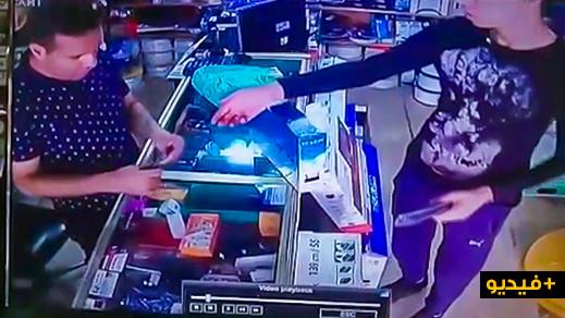 """مثير.. كاميرا مراقبة ترصد عملية سرقة داخل محل تجاري بحي """"لعري الشيخ"""" بالناظور"""