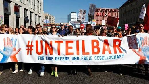 أغلبهم من المهاجرين.. 150 ألف متظاهر يحتجون بالعاصمة الألمانية برلين ضد عنصرية اليمين المتطرف