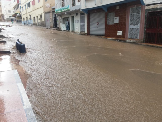 بالصور.. شوارع الحسيمة تتحول الى سيول جارفة بعد تساقطات مطرية متوسطة عرفتها المدينة