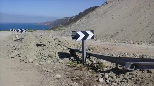 انهيارات صخرية تغلق الطريق الساحلية بين تطوان والحسيمة وطابور طويل من السيارات تنتظر إعادة فتحه