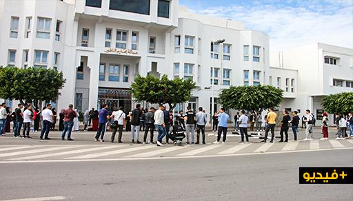 طلبة بني بوغافر يحتجون قبالة عمالة الناظور للمطالبة بتوفير الدعم اللازم  لحافلة النقل الجامعي