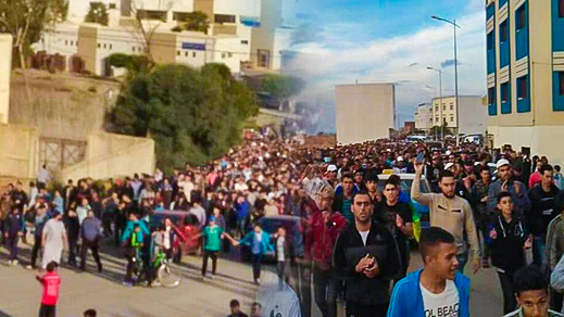 """حشود غفيرة تشيّع جثمان والدة معتقل """"حراك الريف"""" بلال أهباض وسط غياب الأخير عن حضور الجنازة"""