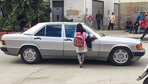 """طفلة في عمر البراءة تشد انتباه الناظوريين.. تبيع """"المناديل"""" للحصول على دريهمات لأجل متابعة دراستها"""