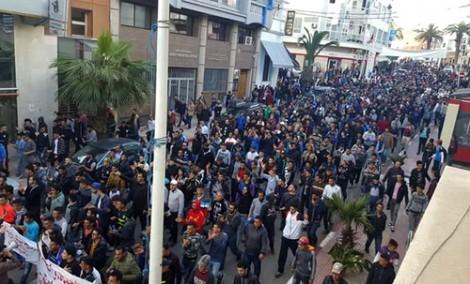 """مسيرة شعبية بـ""""تماسينت"""" بعد تشييع جثاميْ شابين لقيا مصرعهما إثر غرق قارب للهجرة السرية"""