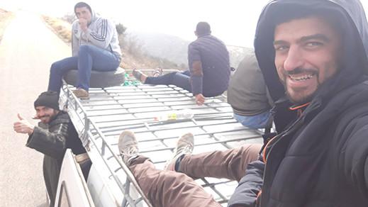 بالصور.. أستاذ موشح بوسام ملكي ينتقل الى مقر عمله ضواحي الحسيمة فوق سطح سيارة