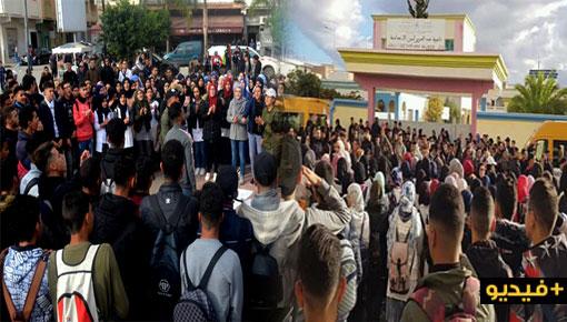 """شاهدوا.. تلاميذ الدريوش يواصلون الاحتجاج ضد """"ساعة الحكومة"""" ويتمسكون بتوقيت غرينتش"""