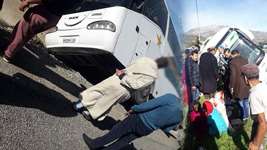 بالصور.. انقلاب حافلة لنقل المسافرين ضواحي شفشاون كانت في طريقها الى الحسيمة