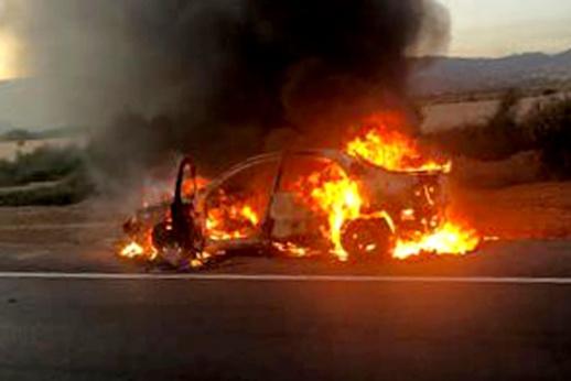 الدريوش.. ألسنة النيران تلتهم هيكل سيارة قرب مدخل مدينة ميضار