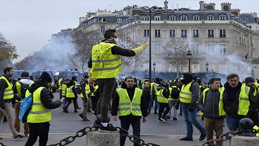 """بعد أسبوعين من الاحتجاجات.. فرنسا تستجيب  لـ""""السترات الصفراء"""" وتعلق رفع أسعار المحروقات"""