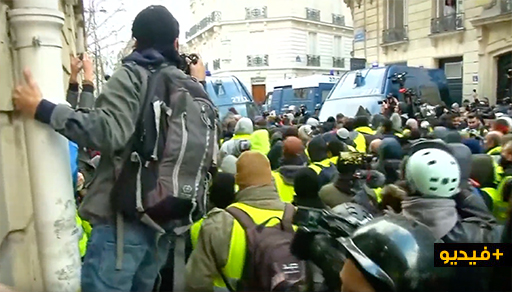 شاهدوا.. شوارع باريس تتحول إلى حلبة للمواجهة بين الشرطة والمتظاهرين