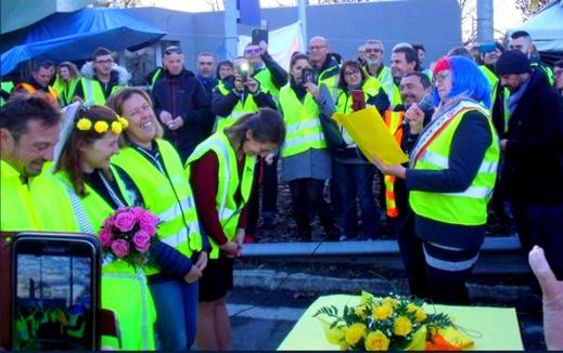 """بالصور.. ناشطان من """"السترات الصفراء"""" بفرنسا يعقدان زواجهما وسط الاحتجاجات"""