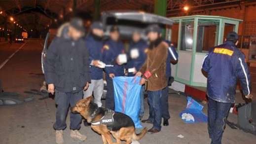"""كانا في طريقهما إلى ميناء """"طريفة"""".. إيقاف مواطنين مغربيين مقيمان ببلجيكا بتهمة تهريب المخدرات"""